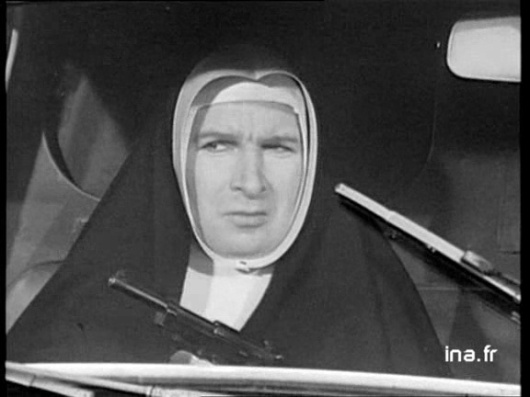 Popeck avec un sérieux de pape en bonne-soeur