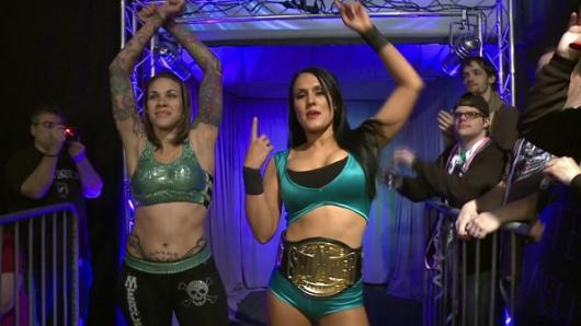Mercedes Martinez et Cheerleader Melissa